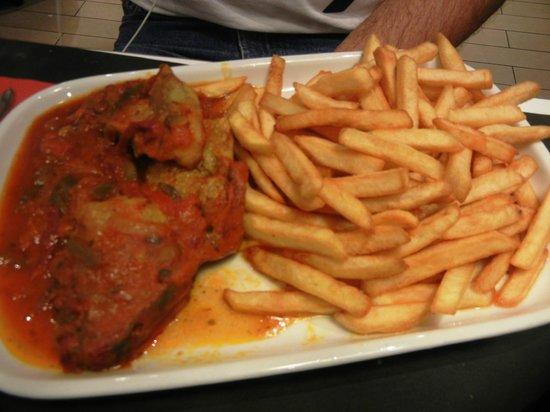 Ibis Tour Eiffel Cambronne: Galinha ao molho c/ fritas do restaurante do Ibis