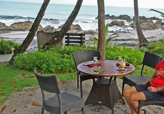 Ylang Ylang Beach Resort: happy hour