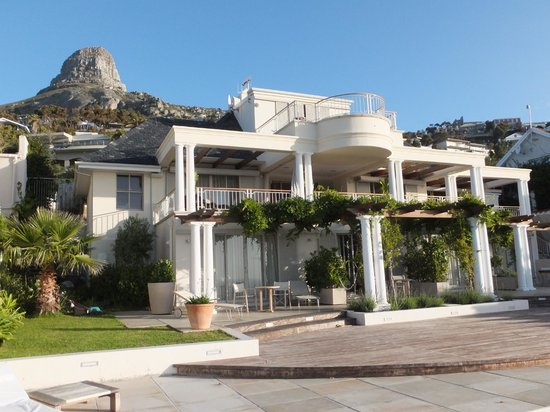 Compass House Boutique Hotel : Ocean front view of hotel, with Lion's Head mountain right behind