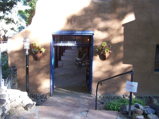 Adobe and Pines Inn B&B: Entrance