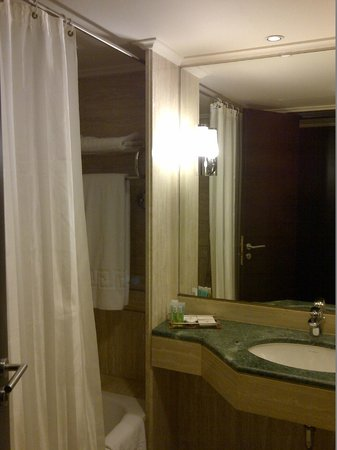 Ramada Plaza Beirut Raouche : Clean bathroom