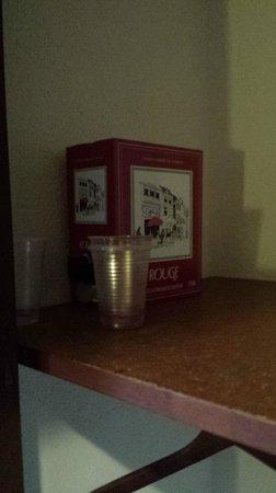 Printania Hotel: vino e bicchieri trovati nell'armadio all'arrivo e mai tolti
