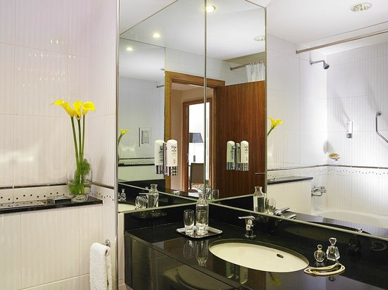 The Connacht Hotel: Bathroom