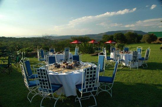 Spion Kop Lodge: Tables set for barbecue dinner