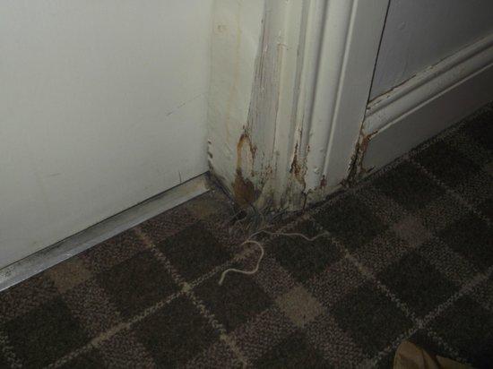 The Waterside Hotel : Scabby bathroom door frame