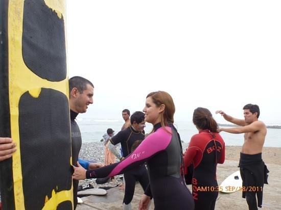 Pukana Surf school: pukana surf preparando para entrar al mar