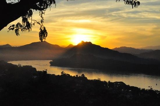 Lotus Villa Boutique Hotel: Sunset over the Mekong from Phousi hill.