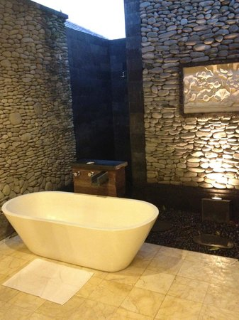 Sri Ratih Cottages : Open Air Bath Tub