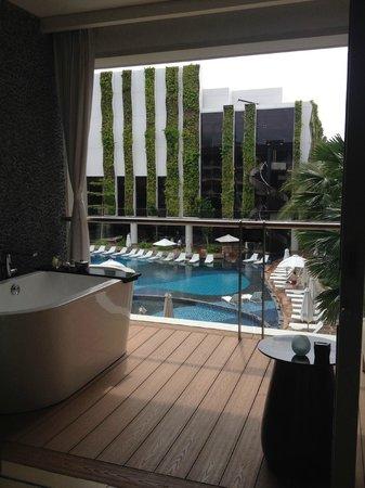 The Stones Hotel - Legian Bali, Autograph Collection : Badewanne am Balkon