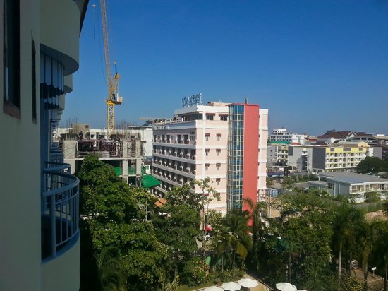 Mercure Pattaya Hotel : Боковой вид с балкона.