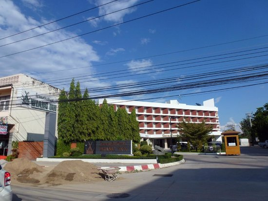 Wiang Inn Hotel: Hotel front from the main road