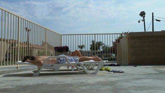 Howard Johnson Inn and Suites Pico Rivera: Zona de pileta