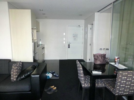 Waldorf Stadium Apartments Hotel: Kitchen, dishwasher and lounge