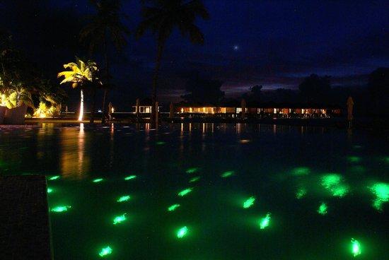 Maafushivaru: Pool by night