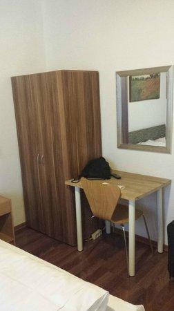 Hotel Colonia : Kasten mit Tisch