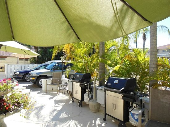 Venice Beach Villas : Grills in front of our bungalow