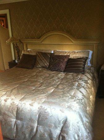 Saint Simons Inn by the Lighthouse: AMAZING bed