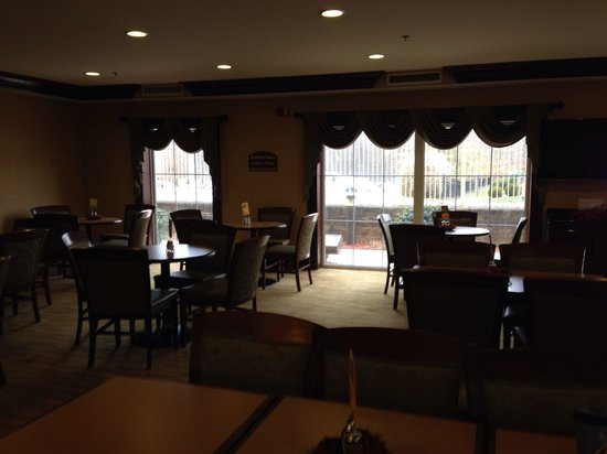 Holiday Inn Express Asheville: Dining area.