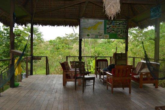 Ecoaventuras Amazonicas: Un lado del comedor: el lado para descansar, leer, jugar, etc.