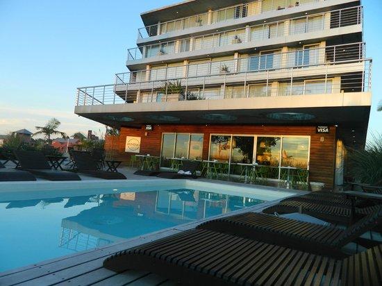 Costa Colonia Riverside Boutique Hotel: Piscina y vista general