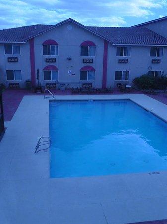 Aarchway Inn: Pool ( Blick aus Zimmer)