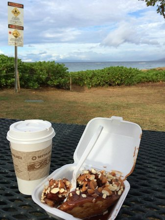 Cinnamon Roll Fair Hawaii: Kaffee und Zimtrolle am Strand