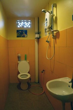 Galileo Guest house: one of the 2 shared bathrooms on the 1st floor