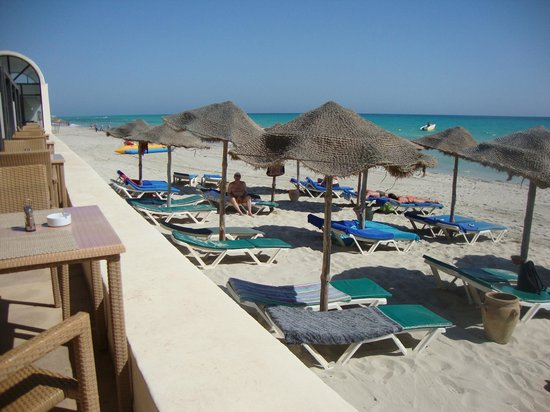 SENTIDO Djerba Beach: Vue sur la plage depuis la terrasse du restaurant