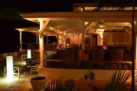 Le Shambala : eating area facing the beach
