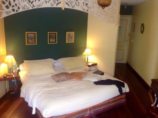 Hotel Tsilaosa: chambre avec balcon terrasse donnant sur un jardin fleuri entres autres de belles roses
