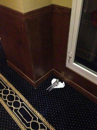 Abjar Grand Hotel: Jeden Tag dreckiges Geschirr im Flur, fast vor der eigenen Tür