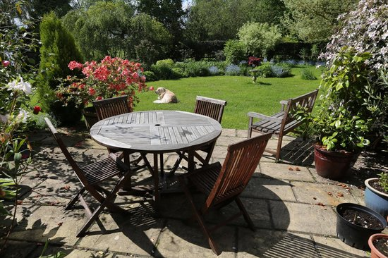 Leavers Oast: Part of the garden, you can enjoy your welcome tea here.