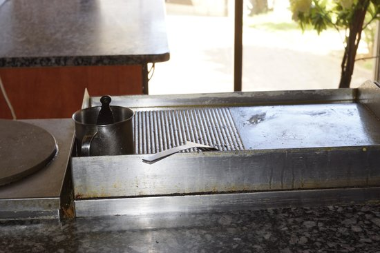Africa Centre Airport Leisure Hotel & Guest Lodge : dirty grill