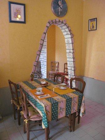 Hotel de France Beziers : Breakfast table