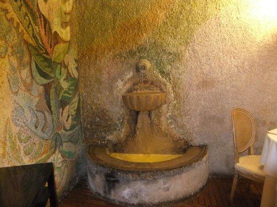 Vecchia Roma: fontanella dentro il ristorante