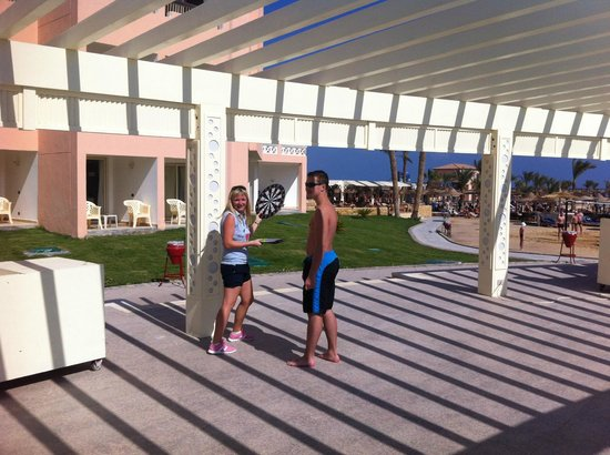 Beach Albatros Resort: подиум для развлечений у бассейна