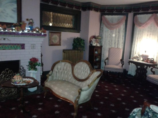 Gilded Swan Bed and Breakfast : living room