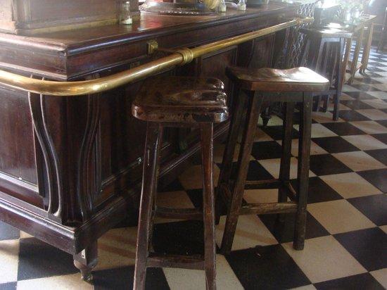 Almacen de Ramos Generales Restaurant: Barra de bronce original