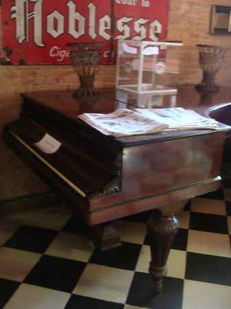 Almacen de Ramos Generales Restaurant: piano antiguo