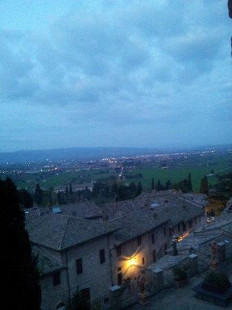Hotel Giotto Assisi: Amanhecer em Assisi! (visa da sacada do qrt no 1° andar)