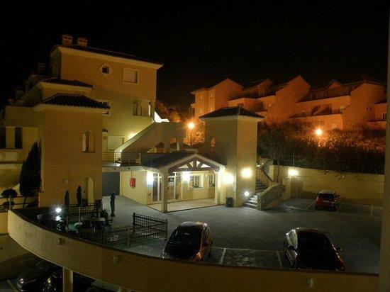 Apartamentos Vista Real: Fachada nocturna