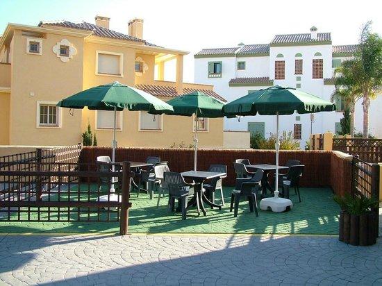 Apartamentos Vista Real: Terraza de la piscina