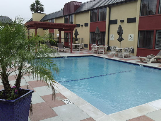BEST WESTERN Webster Hotel, NASA: Swimming pool deck and chairs