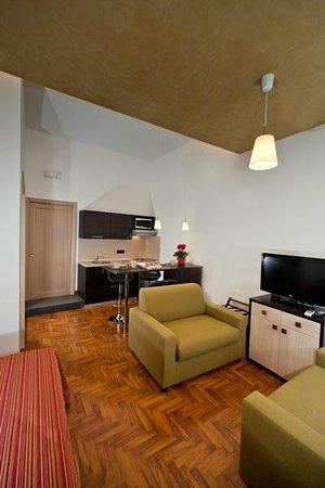 Bed & Breakfast Chiaia 32 : camera ampia con balcone direttamente su via chiaia