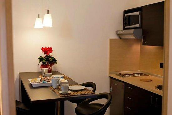 Bed & Breakfast Chiaia 32 : angolo cottura fondamentale ..ben curato e pieno di tutto l'occorrente (utensili da cucina)