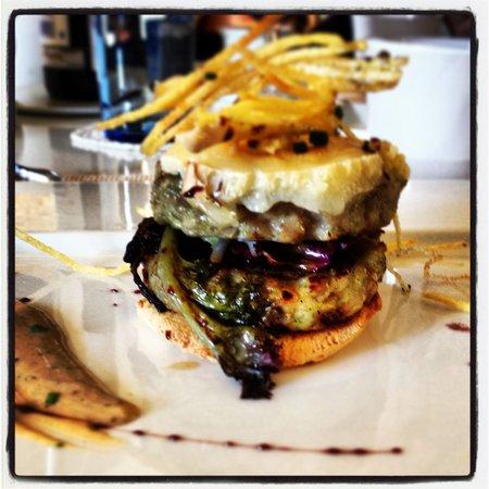 Degvsta Restaurant: Doble hamburguesa de pollo con queso de cabra!!!! Deliciosa!