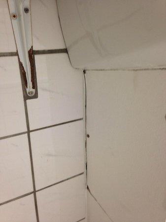 City INN Hotel Leipzig: Rost und Dreck am Waschbecken