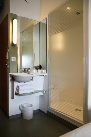 salle de bain photo de ibis budget poitiers centre gare. Black Bedroom Furniture Sets. Home Design Ideas