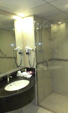 Al Safir Hotel & Tower : walk in shower