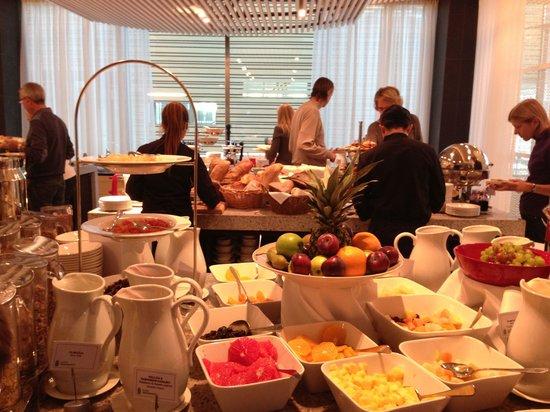 Radisson Blu Waterfront Hotel: 充実した朝食。ホイップクリームをリクエストしたら、作って持ってきてくれて感動。